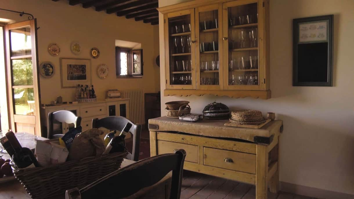 Country furniture adds style to the kitchen.
