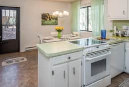 Sunny, fully equipped eat-in kitchen