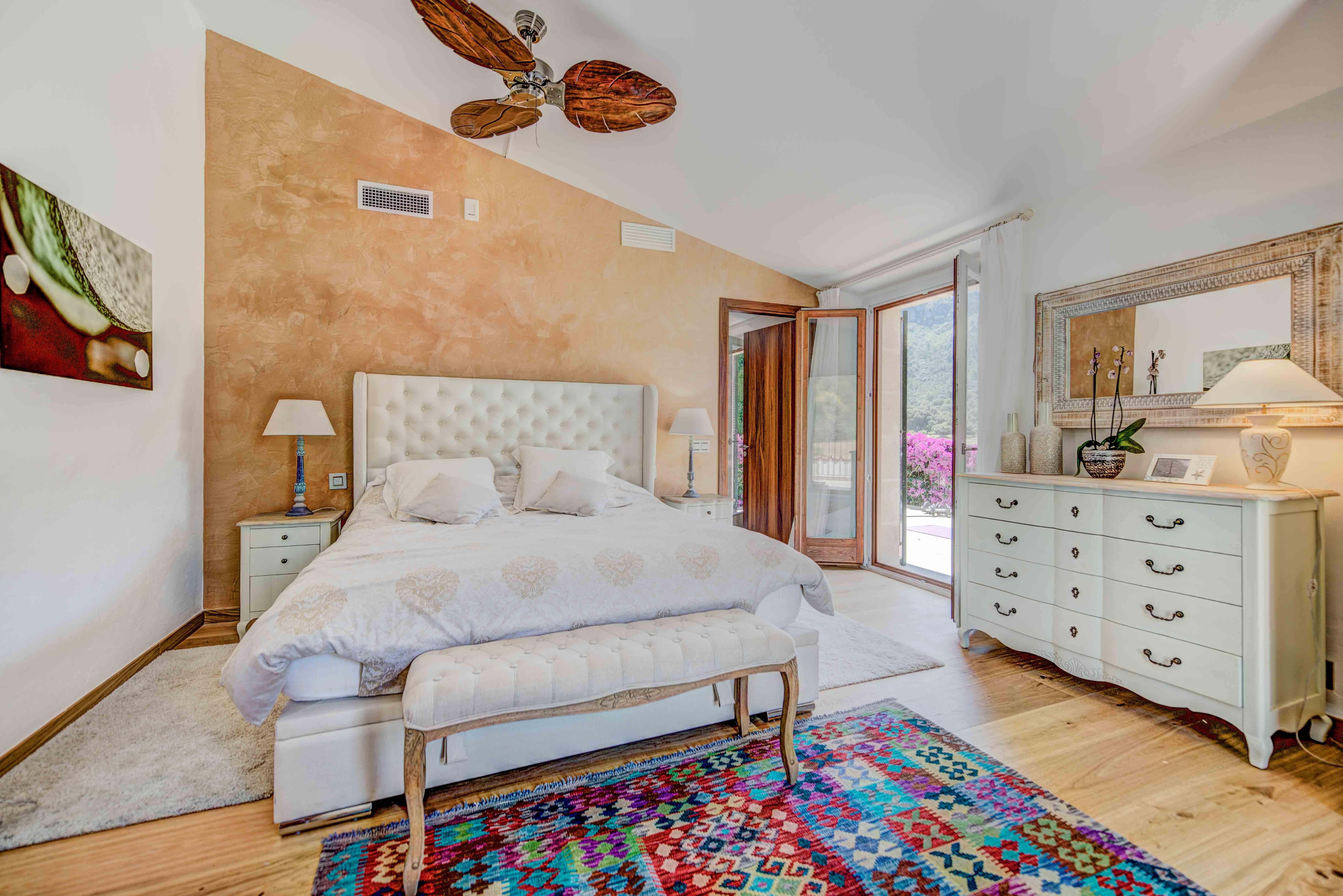 ... Schlafzimmer Mit Doppelbett Und Deckenventilator ...