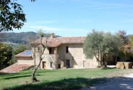 Agriturismo Gubbio with 6 spacious rental apartments and large pool
