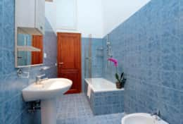 17-baullari-blue-bathroom-with-bathtub